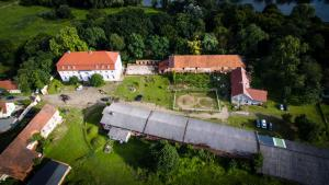 Das Gelände mit Schloss, See, Stall und Paddock