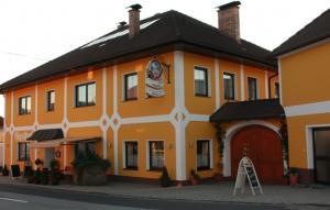 Reiter- Gasthof von vorne, im Innenhof Gastgarten