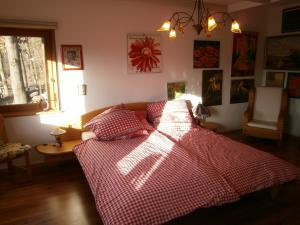Schlafzimmer (Blick aufs Vinxtbachtal u Königsfeld