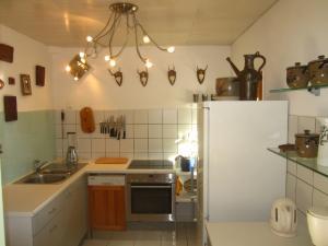 Küche mit Durchreiche zum Wohnzimmer und Eingang