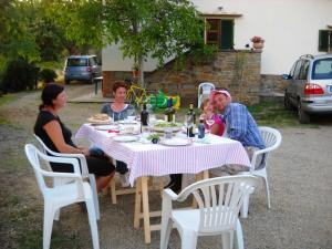 Gemütliches essen vor dem Haus am Abend