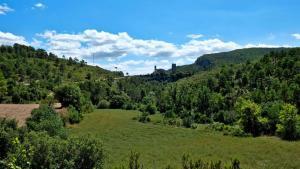 Sicht auf Santa Perpetua De Gaia aus der Ferne